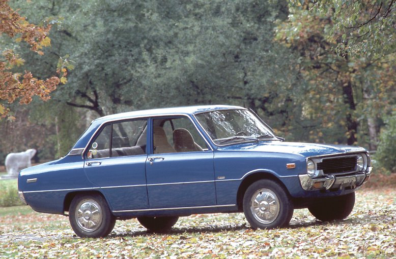 1972 beginnt der japanische Automobilhersteller Mazda mit seinen Mittelklassemodellen Mazda 1000/1300 und …