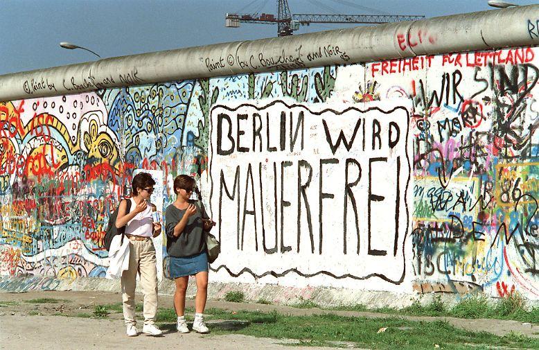Als dieser Wunsch, der auf diesem Bild von 1988 an der Westberliner Seite der Mauer stand, in Erfüllung ging ...