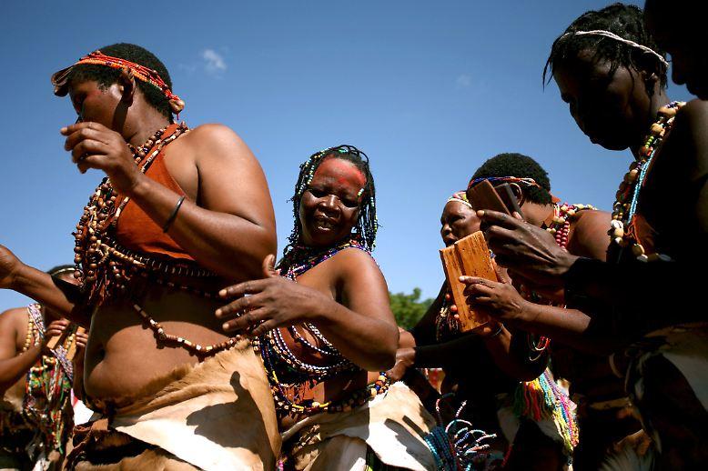 Als weltweit ältestes Urvolk gelten die San. Der Begriff steht für eine Reihe ethnischer Gruppen, die in der Kalahari-Wüste des südlichen Afrika leben.