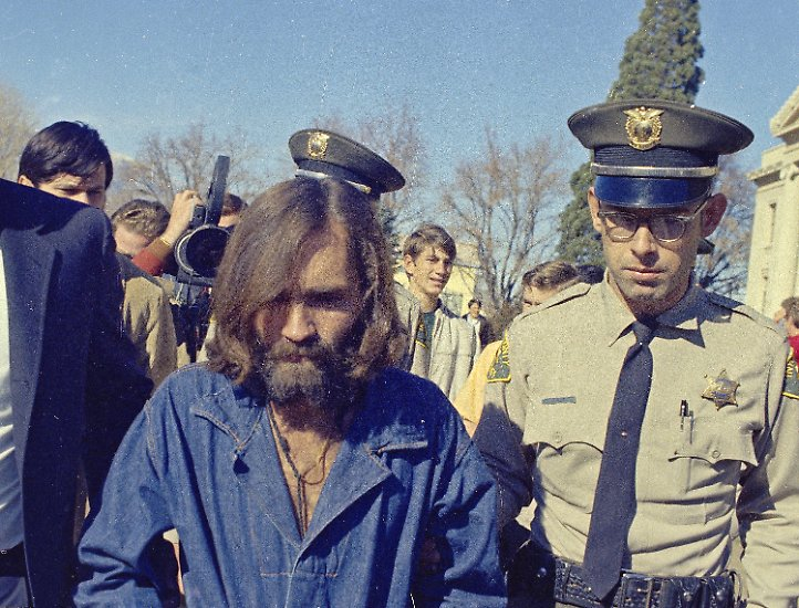 """Bei kultischen Serienmorden denken viele zu allererst an den US-Amerikaner Charles Manson und seine """"Familie"""". Von Ohio aus macht sich Manson, gerade auf Bewährung aus dem Gefängnis entlassen, 1967 auf den Weg nach San Francisco. Dort wird er zum charismatischen Sektenguru und schart über 20 junge Menschen, vorwiegend Frauen, um sich. Er sagt den USA seine Vision einer Apokalypse voraus, dem """"Helter Skelter"""", benannt nach und inspiriert von einem Beatles-Text."""
