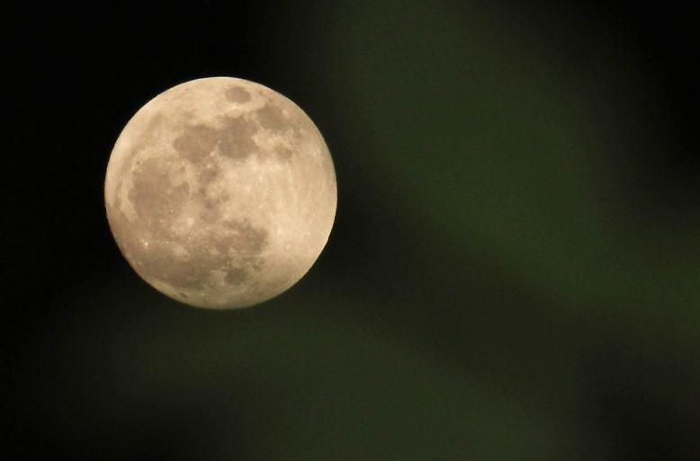 Normalerweise umkreist der Mond die Erde in etwa 384.000 Kilometern Entfernung.