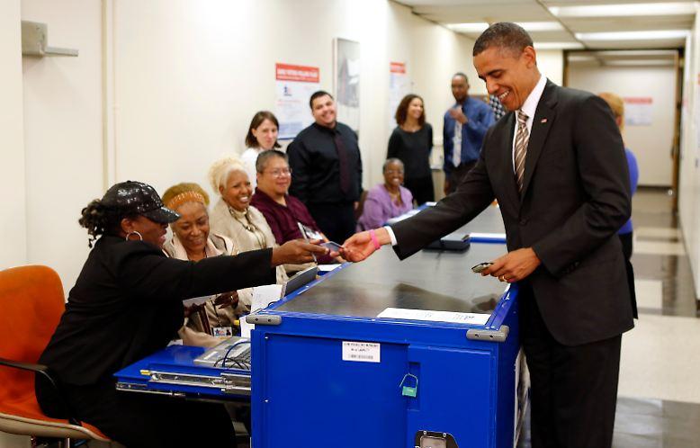 Auch der Präsident der Vereinigten Staaten von Amerika muss sich ausweisen, wenn er zur Wahl geht. In seiner Heimatstadt Chicago zeigt Barack Obama, als er am 25. Oktober die Möglichkeit zur vorzeitigen Stimmabgabe nutzt, seine Fahrerlaubnis. Und bittet die Wahlhelfer, ...