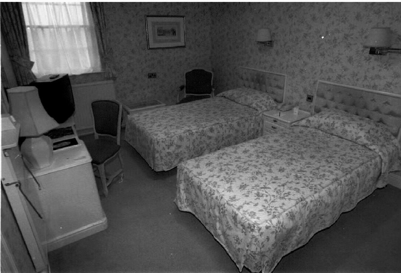 schlechter geruch leiche unterm hotelbett n. Black Bedroom Furniture Sets. Home Design Ideas