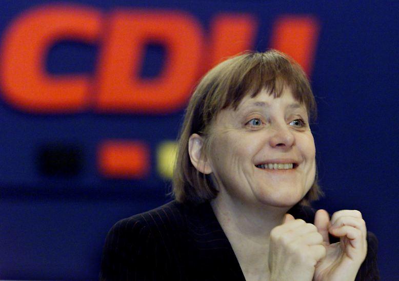 2000: Kleider machen Karriere? Nicht im Fall Angela Merkel möchte man sagen. Zunächst wird die am 10. April in Essen zur CDU-Vorsitzende gewählte Merkel wegen ihrer platten Frisur und unförmig sitzender Kostüme nicht selten von den Medien verspottet.
