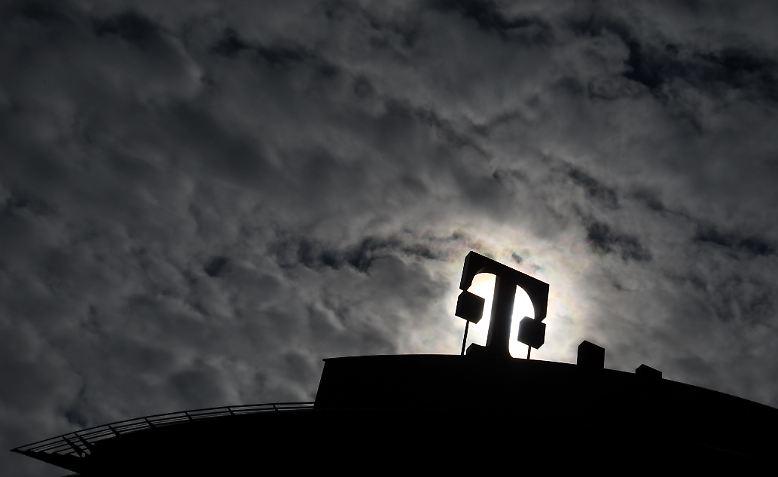 Die Deutsche Telekom hat zum Jahresauftakt die Rückkehr in die schwarzen Zahlen geschafft. Nach einem Milliardenminus im Vorjahresquartal verdiente die Telekom 767 Mio. Euro, deutlich mehr als erwartet. Der Umsatz sank leicht auf 15,8 Mrd. Euro.