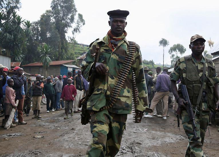 """Die Demokratische Republik Kongo rückt wieder ins Blickfeld. Im Osten des flächenmäßig zweitgrößten afrikanischen Landes kontrollieren Rebellen der """"Bewegung 23. März"""" (M23) große Teile des Territoriums. Sie sind vom Volk der Tutsi."""