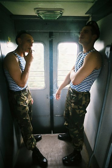Doch für junge Weißrussen lebt diese Zeit fort. Jeder Mann zwischen 18 und 27 Jahren muss für mehrere Monate zum Militär. Die Wehrpflicht dauert 18 Monate, für Rekruten mit höherem Schulabschluss 12 Monate.