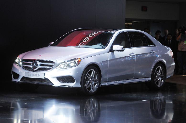 Besonders wichtig ist die Messe in diesem Jahr für Mercedes. Nicht nur für das Amerikageschäft richtungsweisend dürfte die gründlich überarbeitete E-Klasse sein.