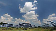 Die wahrscheinlich bekannteste Anwendung ist der Solarstrom, die so genannte PHOTOVOLTAIK. Hierbei wird mittels Solarzellen aus dem einfallenden Sonnenlicht Gleichstrom erzeugt. Nach der Umwandlung in Wechselstrom kann dieser in das reguläre Stromnetz eingespeist werden.