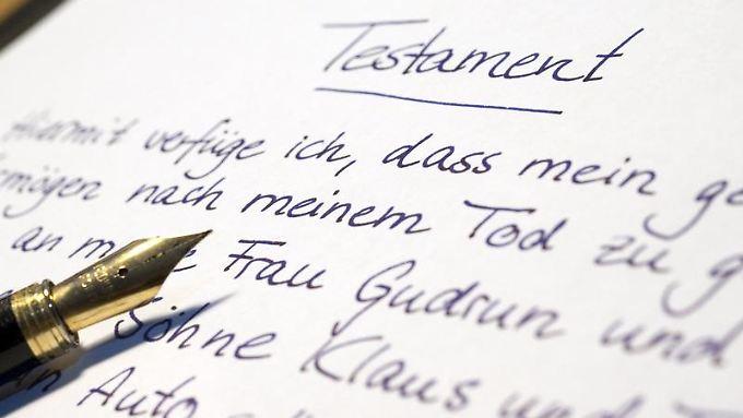 Wer sein Testament ohne Notar aufsetzt, muss dieses komplett per Hand verfassen und unterschreiben.