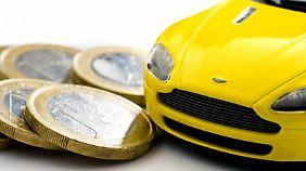 Ein genauer Blick auf die eigene Kfz-Versicherung kann gerade jungen Fahrern viel Geld sparen.