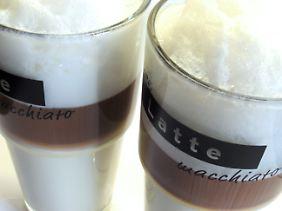Dichter Milchschaum soll sich nur langsam mit dem Kaffee mischen.