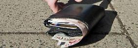 Wer das gefundene Portemonnaie behält oder etwas herausnimmt, macht sich strafbar.