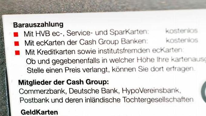 Hinweis im Kleingedruckten: Beim Abheben an verbundfremden Geldautomaten können Gebühren fällig werden.