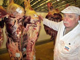 Der Fleischerei-Grossist Alain Blanchard mit einer Rinderhälfte.