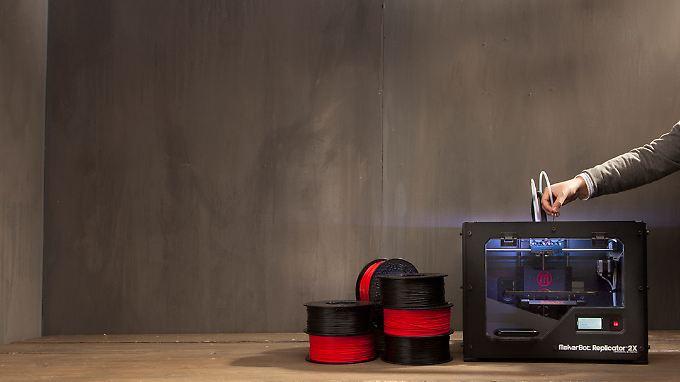 Aus einer Plastikspule formt der MakerBot Objekte.