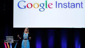 """Googles Vizepräsidentin Marissa Mayer stellte die neue Echtzeit-Suche """"Instant"""" vor."""
