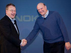 Kann es nur einen geben? Nokia-Chef Stephen Elop (li.) und Steve Ballmer im vergangenen Februar bei der Bekanntgabe der Kooperation von Microsoft und Nokia.